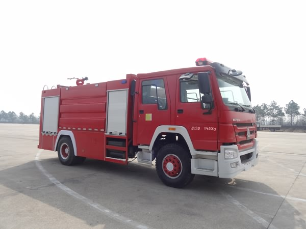 重汽豪沃单桥双排座水罐消防车