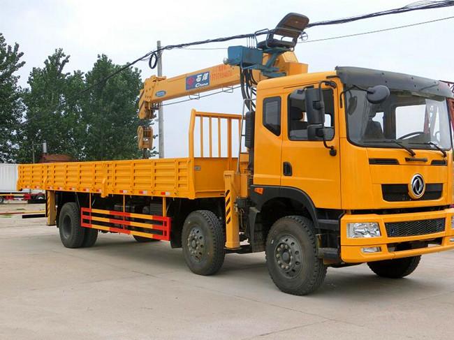 东风新款小三(可装6.3~12吨吊机)轴随车起重运输车